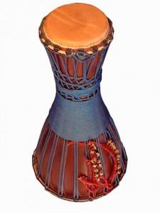 Bata trommer stammer blandt andet fra Nigeria og Cuba. Bata trommer består af et sæt på 3 trommer. Og de spilles ofte siddende. De har skind i begge ender af trommen. Der er altså 6 forskellige toner. Traditionelt er der tre om at spille. I modsætning til de fleste bata trommer, der stemmes med metal beslag, har mine batatrommer snore som stemmesystem. Det gør trommen en del lettere. Og mere behagelig at sidde med når man spiller. Batatommerne er håndbygget af stavlimet Mahogni. De er afdrejet i drejebænk og monteret med førsteklasses kalveskind. Bærerem og transport tasker medfølger. Bata trommerne sælges kun samlet.