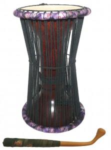 Talking drums. Tama, den lille talking drum stammer fra Senegal i Vestafrika. Den er monteret med et meget tyndt gedeskind i begge ender. Skindene er indbyrdes er forbundet med snore. Trommen holdes under armen og stemmes op og ned mens der spilles både med hånden. Og med en krum stik på det ene skind. Dondo, den store talking drum, findes bl.a. i Ghana og i Nigeria. Samme montering som Tamaen. Men spilleteknikken på denne er lidt anderledes. Man kun spiller med den ene hånd og den anden trækker i snorene for at stemme yderligere. De to første talking drums er stavlimet af henholdsvis Mahogni og Bubinga. Derefter er talking drums afdrejet for at få en god balance. Så tilpasses kanten for at nedsætte friktionen mellem skind og træ. Jo mindre friktion, des flere toner kan opnås. De andre to talking drums er lavet af en stamme der er udhulet, og derefter tilpasset for mindre friktion. De tynde skind samt trommens form giver en fantastisk flot lyd og et stort tonalt register. Nogen af de bedste talking drums på markedet.