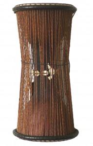 Tama, den lille talking drum stammer fra Senegal i Vestafrika. Den er monteret med et meget tyndt gedeskind i begge ender. Skindene er indbyrdes er forbundet med snore. Trommen holdes under armen og stemmes op og ned mens der spilles både med hånden og med en krum stik på det ene skind. Dondo, den store talking drum, findes bl.a. i Ghana og i Nigeria. Samme montering som Tamaen, men spilleteknikken på denne er lidt anderledes, da man kun spiller med den ene hånd og den anden trækker i snorene for at stemme yderligere. De to første talking drum er stavlimet af henholdsvis Mahogni og Bubinga, derefter afdrejet for at få en god balance. Derefter tilpasses kanten for at nedsætte friktionen mellem skind og træ. Jo mindre friktion, des flere toner kan opnås. De andre to talking drum er lavet af en stamme der er udhulet, og derefter tilpasset for mindre friktion. De tynde skind samt trommens form giver en fantastisk flot lyd og et stort tonalt register.